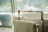 タオル掛け付きのバスタブ