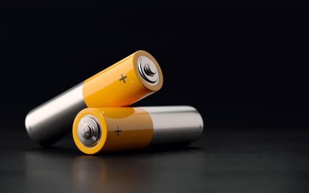 batterien auf schwarzem hintergrund - batterie stock-fotos und bilder