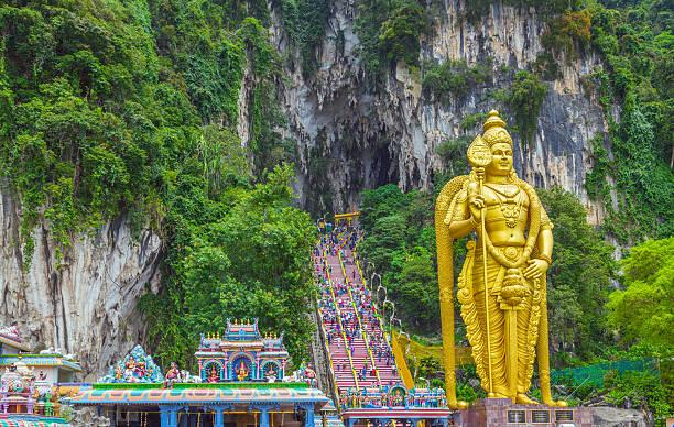 batu caves lord murugan in kuala lumpur, malaysia. - maleisië stockfoto's en -beelden