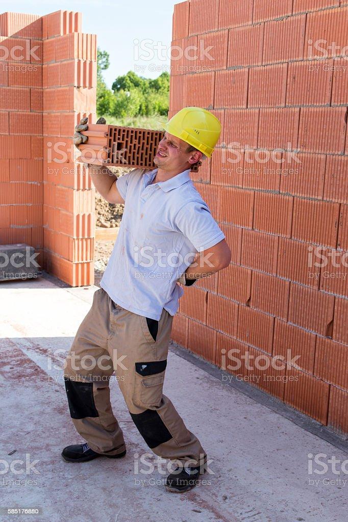 Bauarbeiter hat rückenschmerzen stock photo