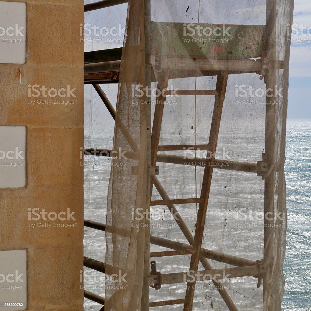 Baugerüst ein Gebäude vor Meer – Foto