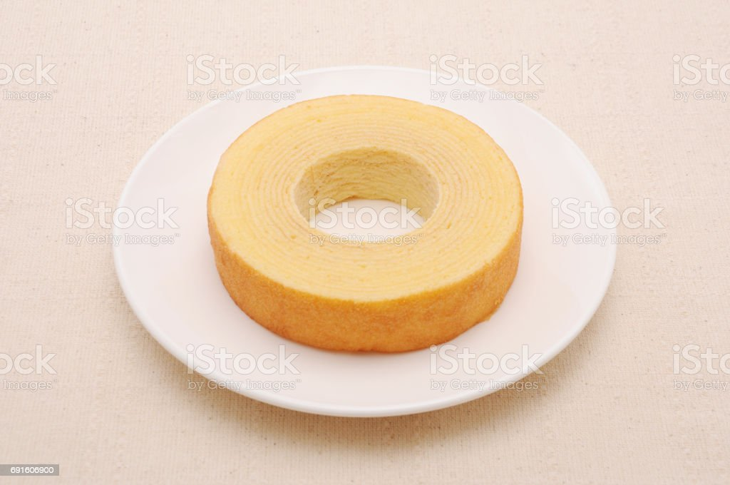 Baumkuchen deutsche Krapfen Kuchen auf Teller auf Tisch – Foto