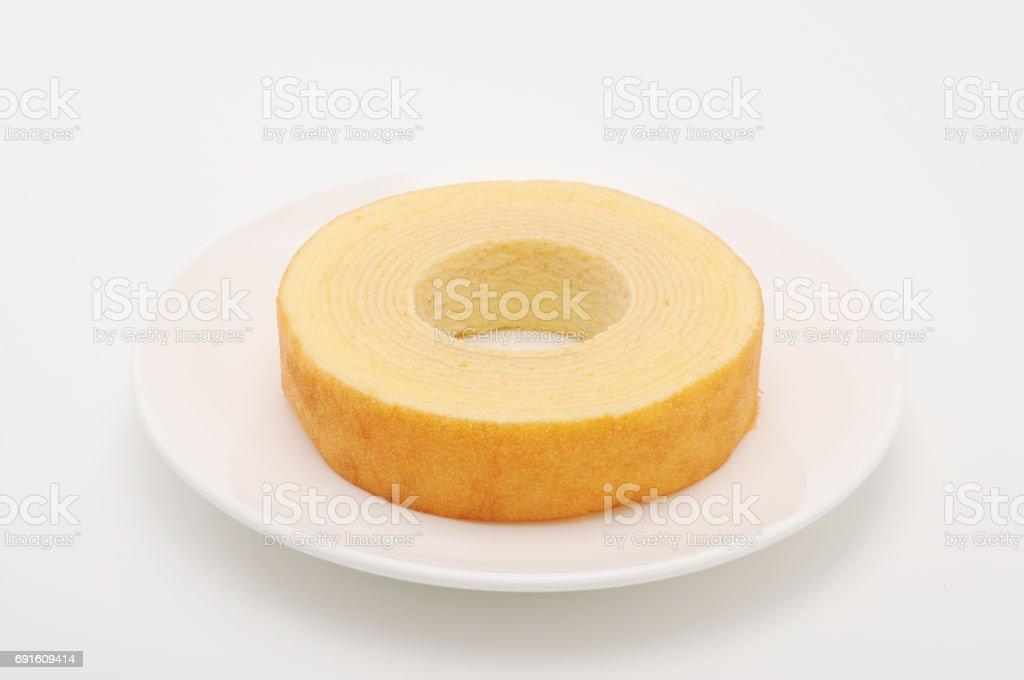 Baumkuchen deutsche Krapfen Kuchen auf Teller auf weißem Hintergrund – Foto