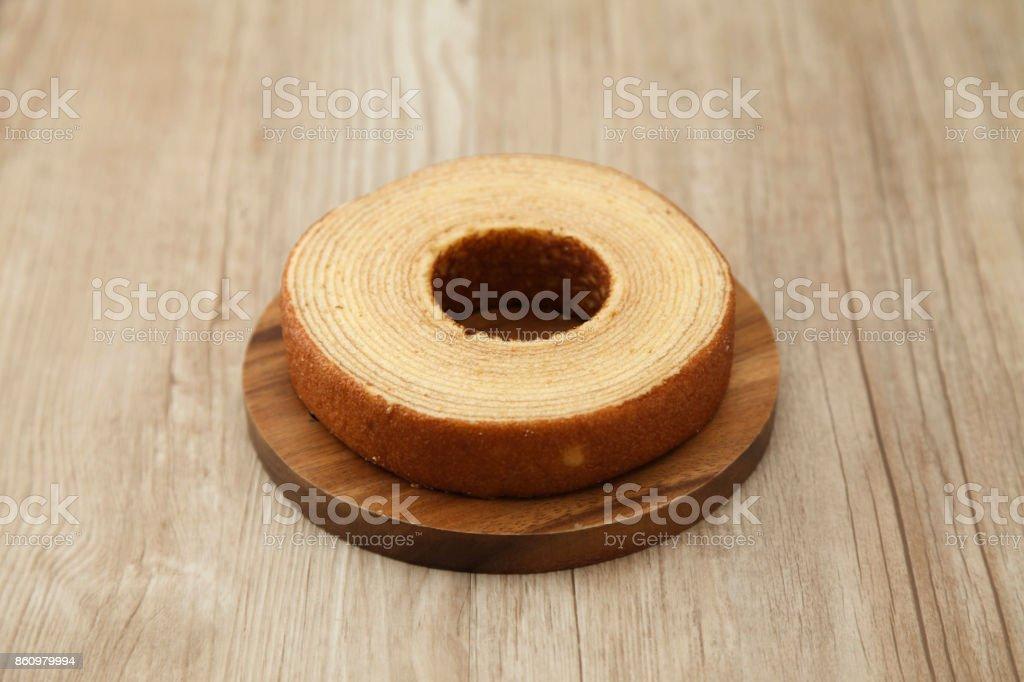 Baumkuchen deutsche Krapfen Kuchen auf Holzplatte auf Tisch – Foto