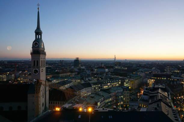 bayern. münchen - panoramautsikt till kyrkan st. peter på twilight. - sankt peterskyrkan münchen bildbanksfoton och bilder