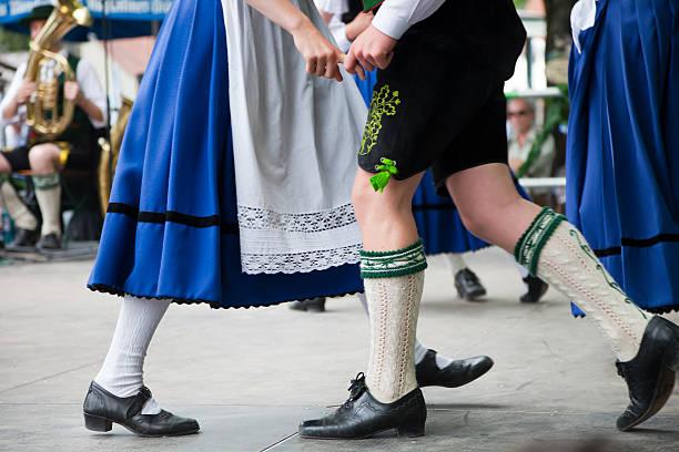 bayerische paar tanzen beim oktoberfest - bayerische tracht stock-fotos und bilder