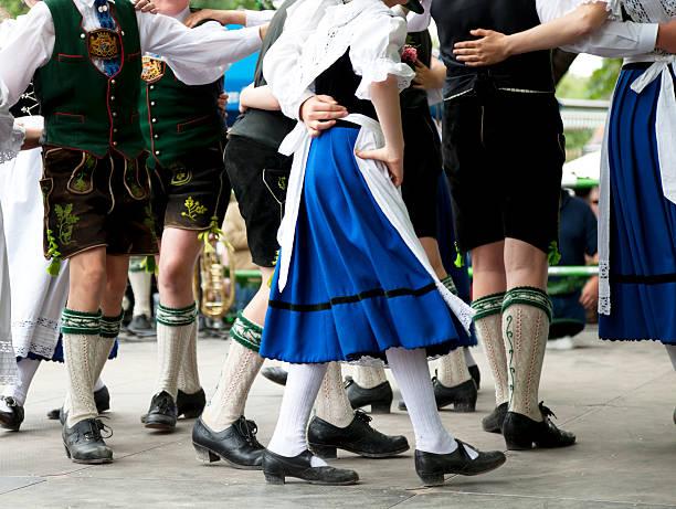 bayerische volkstanz in der das oktoberfest - bayerische tracht stock-fotos und bilder