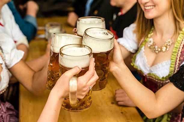 Bayrische Mädchen trinkt Bier – Foto