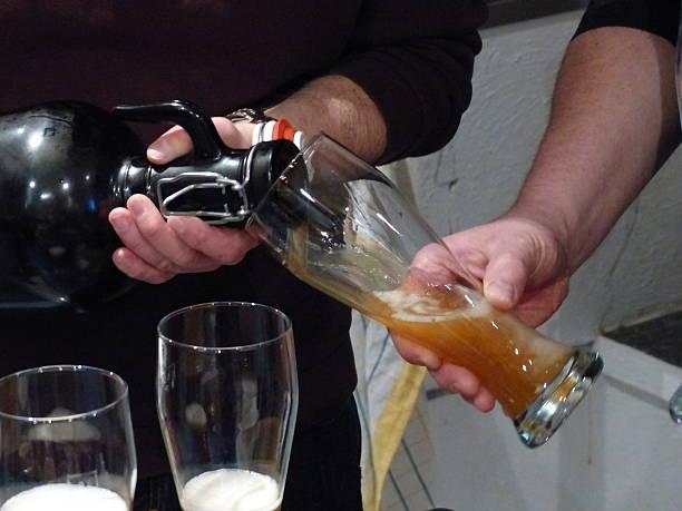 bayerische spezialitäten.   getränke – wheat beer. - bier gesund stock-fotos und bilder