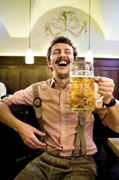 bayerischen mann betrunken auf der das oktoberfest - bavaria porzellan stock-fotos und bilder