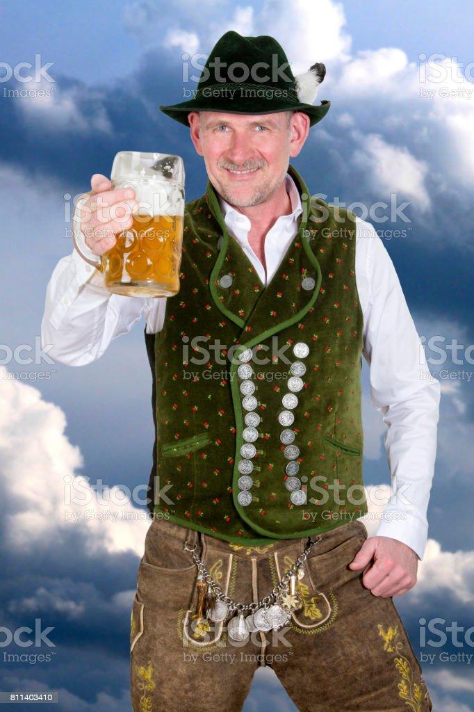 Bayerischen Mann halten Bier – Foto