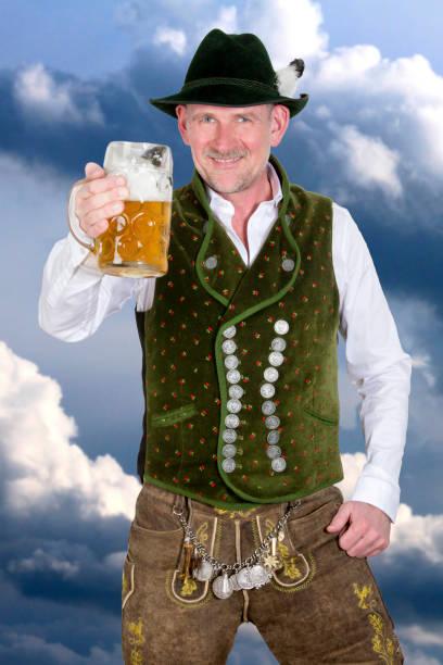 bayerischen mann halten bier - bavaria porzellan stock-fotos und bilder