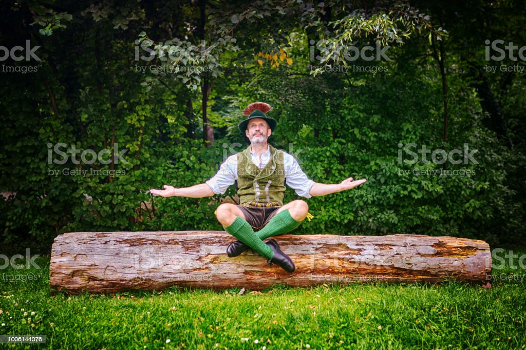Bayerischen Mann auf Baumstumpf sitzen und meditieren – Foto
