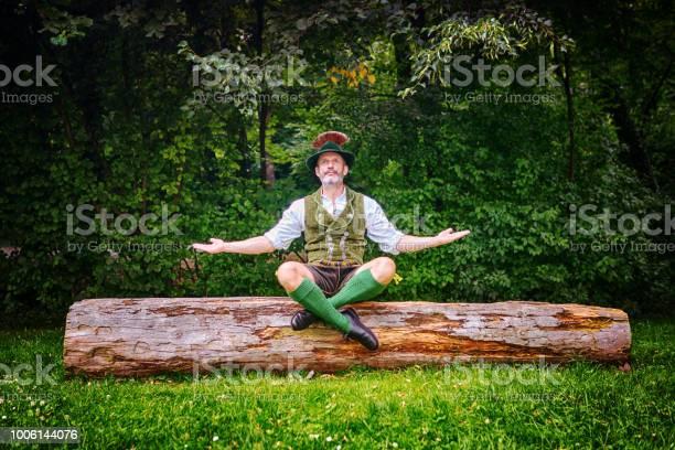 Beierse Man Zittend Op Boomstronk En Mediteren Stockfoto en meer beelden van Alleen mannen