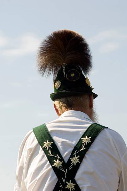 traditionellen bayerischen mann mit hut, deutschland - bayerische tracht stock-fotos und bilder