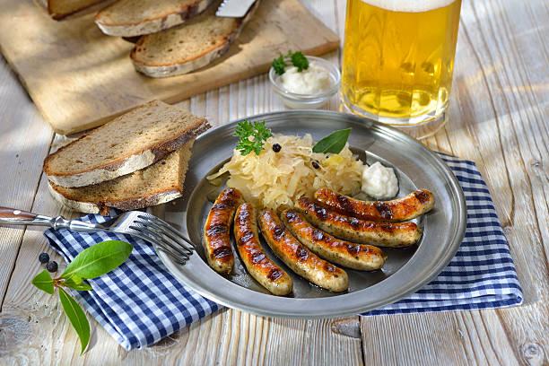 bayerische küche - bratwurst mit sauerkraut stock-fotos und bilder