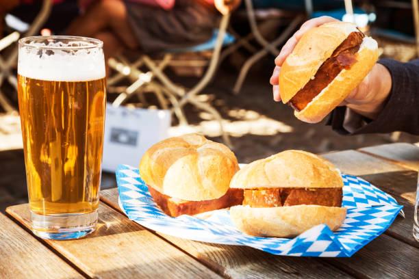 bayerischen hackbraten und bier in münchen, deutschland - bayerische brotzeit stock-fotos und bilder