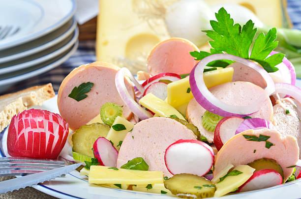 bayerische wurst-salat - käse wurst salat stock-fotos und bilder