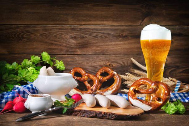 Bayerische Würstchen mit süßem Senf, Brezeln und Bier – Foto