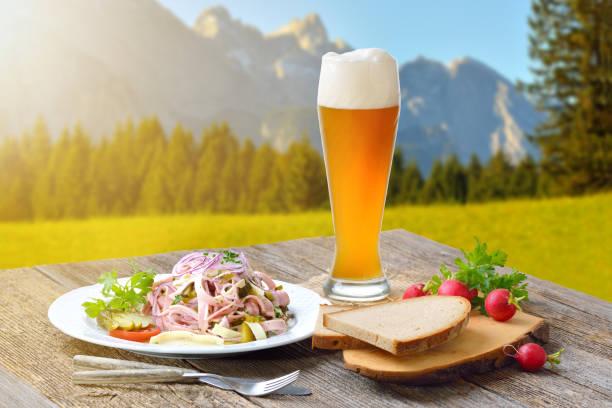 bayerischer snack in den bergen - bayerische brotzeit stock-fotos und bilder