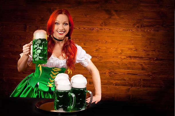 Bayerische Frau mit drei grünen Bier Gläser – Foto