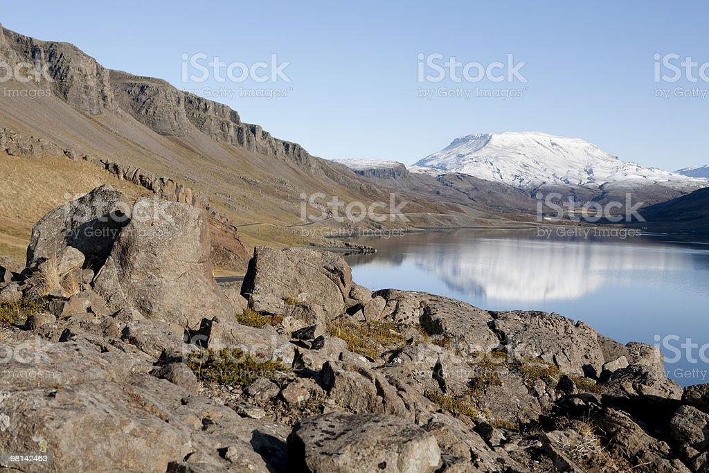 Bay Hvalfjordur in montagna riflessione. foto stock royalty-free