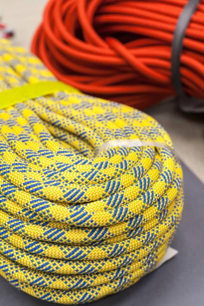 bucht von bunten kletterseil zum klettern - spleißen stock-fotos und bilder
