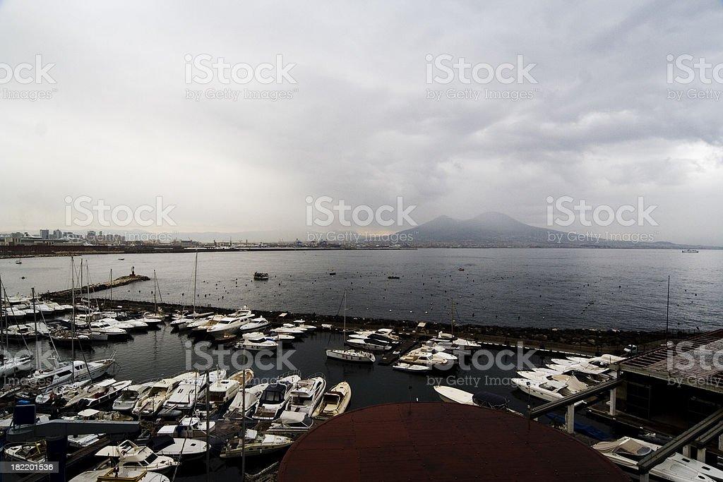 Baia di Napoli con il Vesuvio in un giorno nuvoloso - foto stock