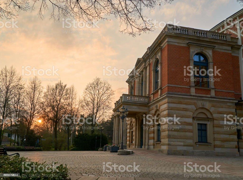 Wagner-Festspielhaus Bayreuth in den Sonnenuntergang – Foto