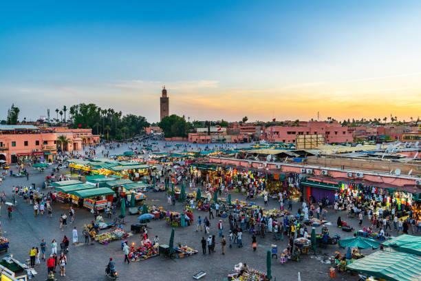 bazar nella medina di marrakech. jemaa el-fna al tramonto. - bazar mercato foto e immagini stock