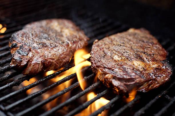 bbq-eye-steak vom grill - steak anbraten stock-fotos und bilder