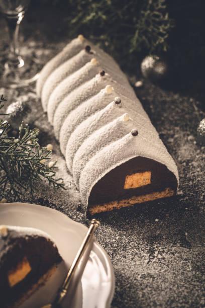bûche de noël au chocolat et aux früchte einfügen - französisches haus dekor stock-fotos und bilder