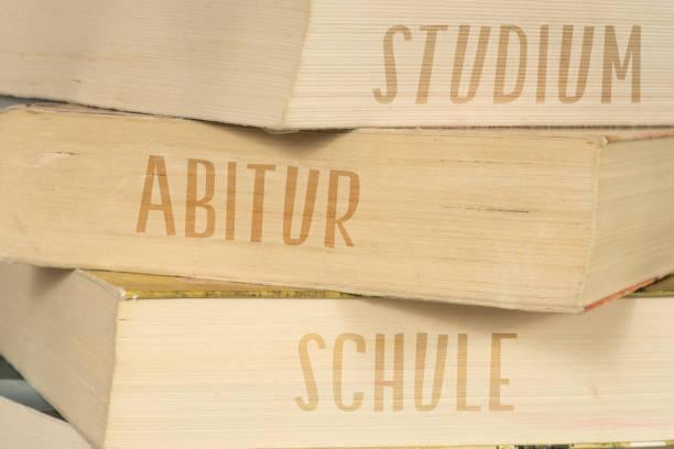 bücher mit den titeln schule, abitur und studium - esame maturità foto e immagini stock