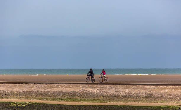 bcycling near sandy normandy coast at tide near calais france – Foto