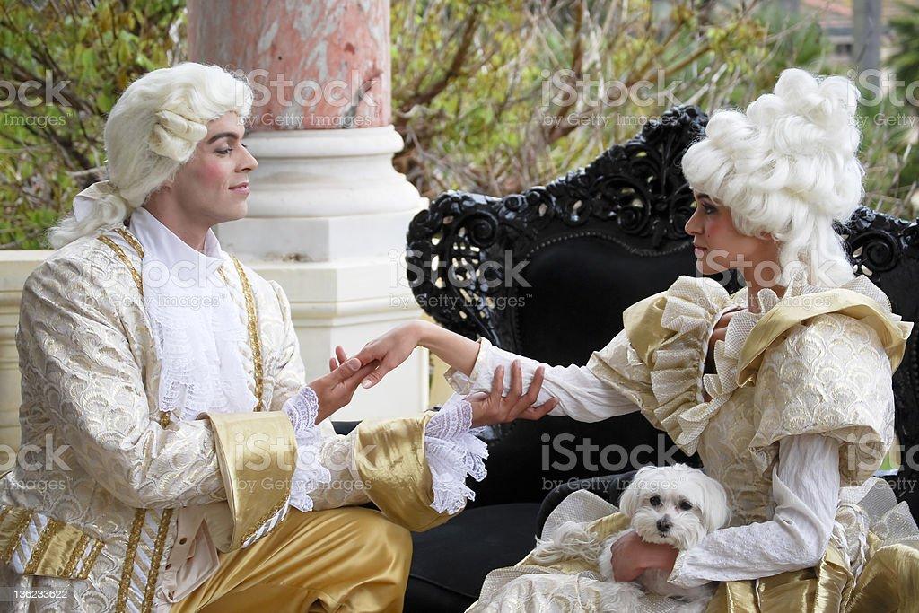 Uma cama queen-size. Dois courtiers do século XVIII - foto de acervo