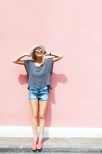 ser gratis como yo - moda de verano fotografías e imágenes de stock