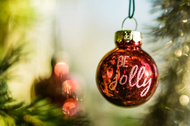 """""""sei fröhlich"""" rote christbaumkugel - zitate weihnachten stock-fotos und bilder"""