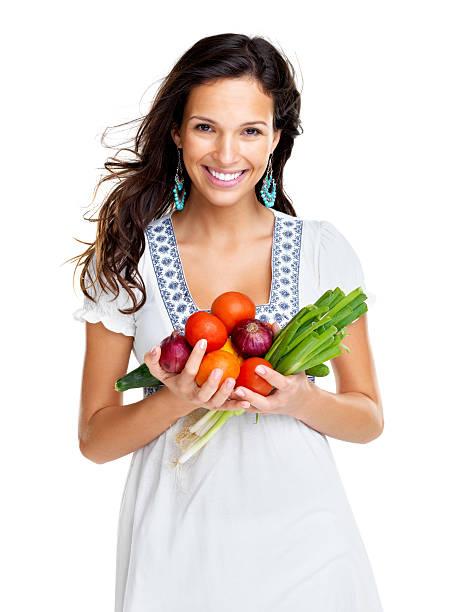 Eine vegetarische lächelnde Junge Frau mit Gemüse – Foto