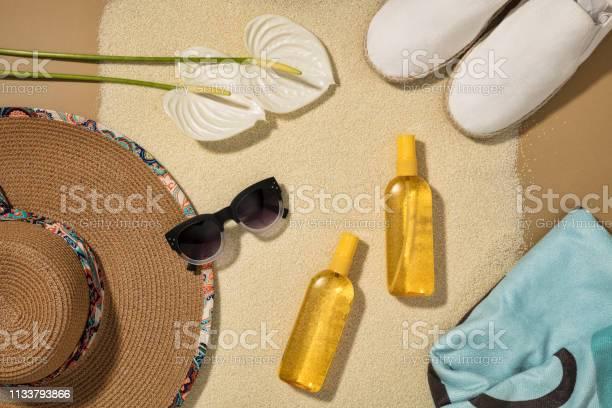 Beach accessories on sand background picture id1133793866?b=1&k=6&m=1133793866&s=612x612&h=8qby4xn f3gzy2arabpre0ffledschjbuca39lsyvrq=