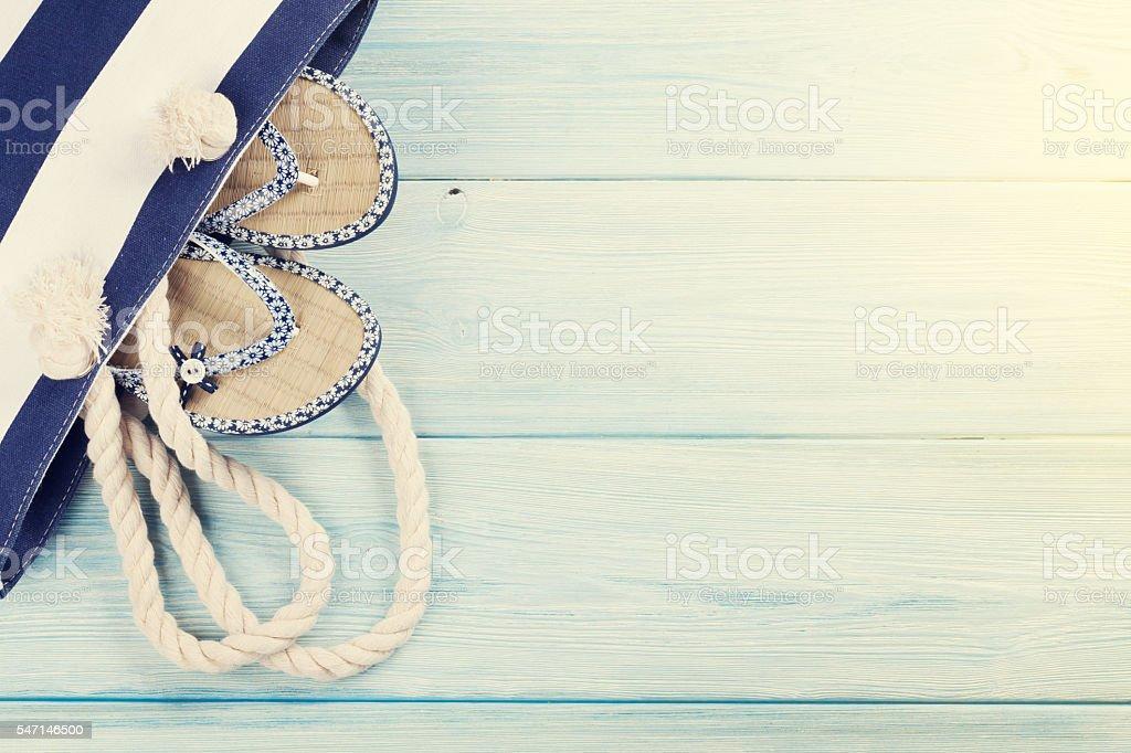 Acessórios de praia em fundo de madeira - foto de acervo