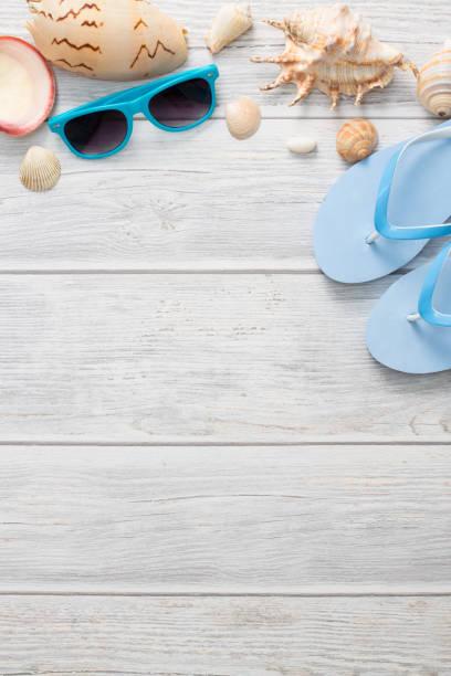 strand-accessoires auf holz bord. - salzwasser sandalen stock-fotos und bilder