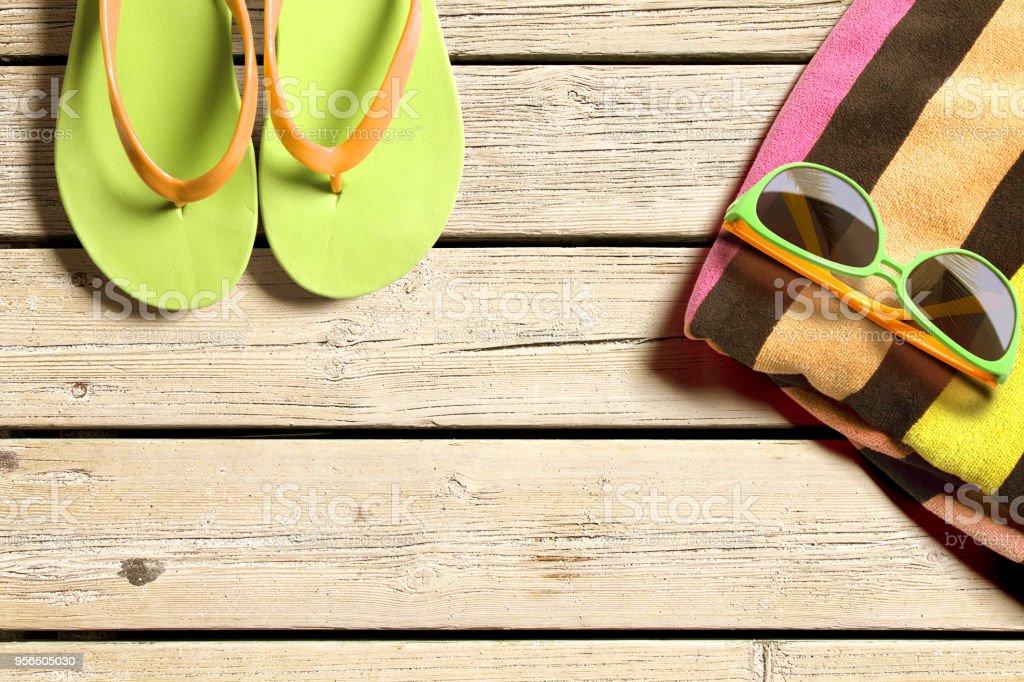 Strand-Accessoires auf Holzbrettern - Lizenzfrei Badelatsche Stock-Foto