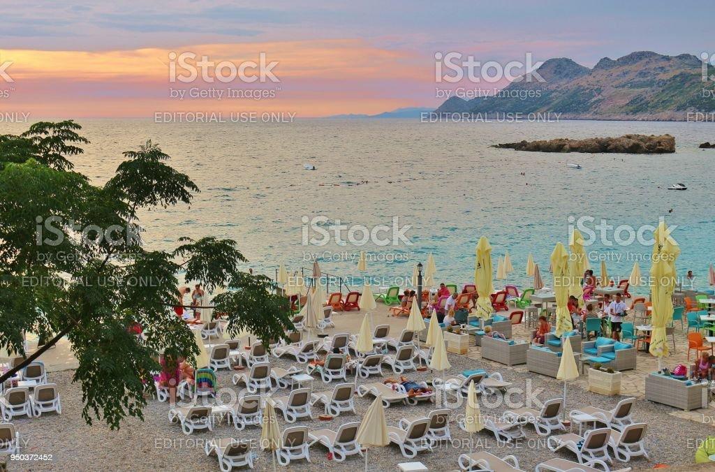 Playa y Bahía de Dobra Voda en la luz del atardecer. Montenegro, Europa. - foto de stock