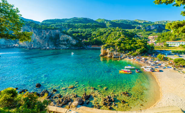 beach and boat in paleokastritsa, corfu - grecja zdjęcia i obrazy z banku zdjęć