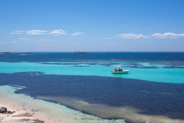 strand und boote auf rottnest island, western australia, australien - meerjungfrau wellen stock-fotos und bilder