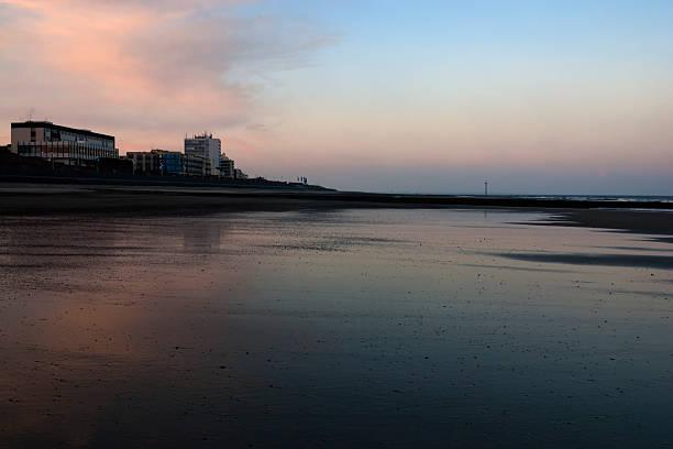 beach und hotels in north sea island norderney im morgengrauen - hotels auf norderney stock-fotos und bilder