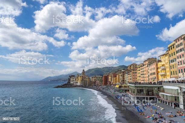 Beach And Marina Of Camogli A Typical Mediterranean Village Near Genova Italy - Fotografias de stock e mais imagens de Ao Ar Livre