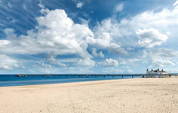 strand und pier in einem schönen sonnigen tag. - usedom stock-fotos und bilder