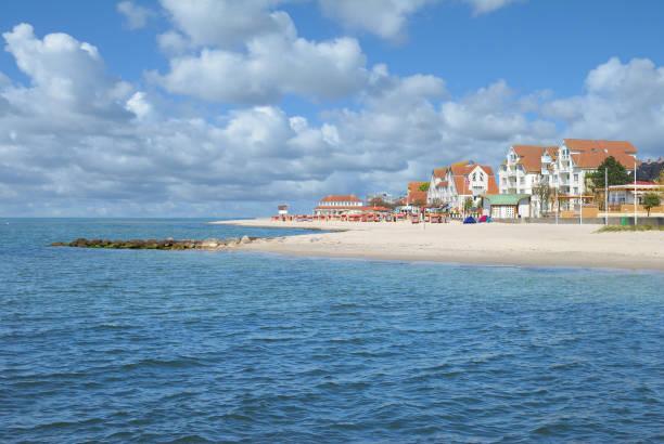strand und promenade, laboe, ostsee, schleswig-holstein, deutschland - kiel stock-fotos und bilder