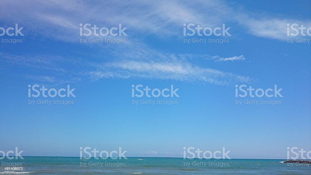Playa y cielo - foto de stock